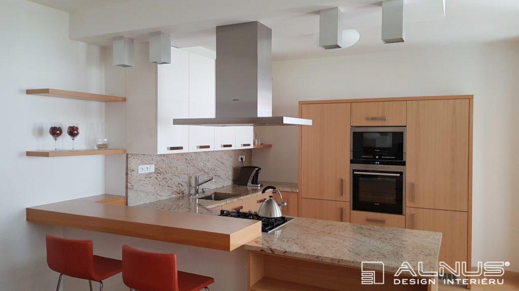 moderní kuchyně s barem ve světlém dřevě