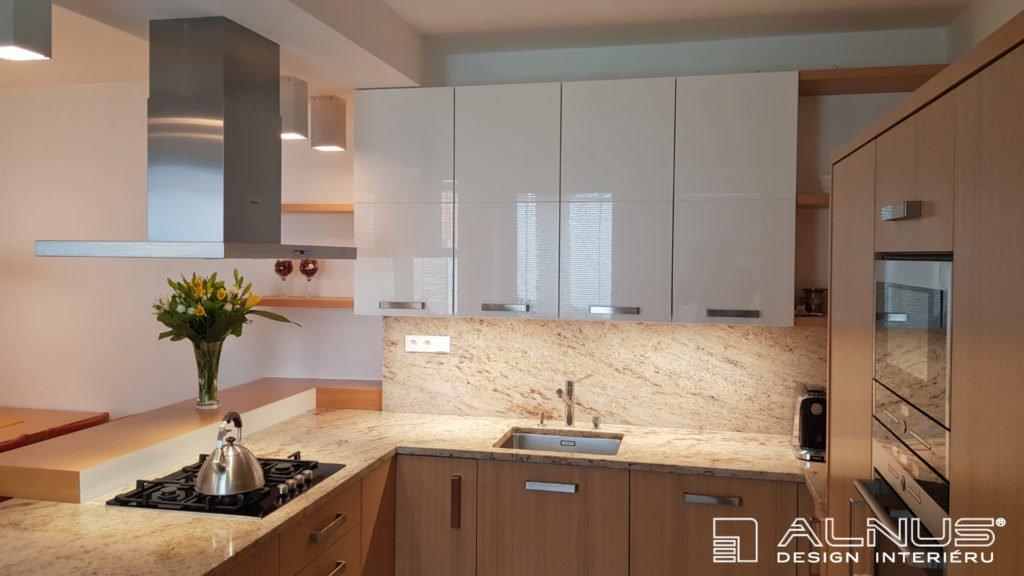 kuchyňská linka ve světlém dřevě a s bílou barvou
