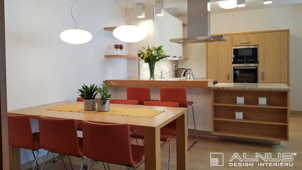 moderní kuchyně s jídelním stolem