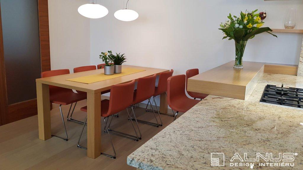 kuchyně s barem a jídelním stolem ve světlém dřevě