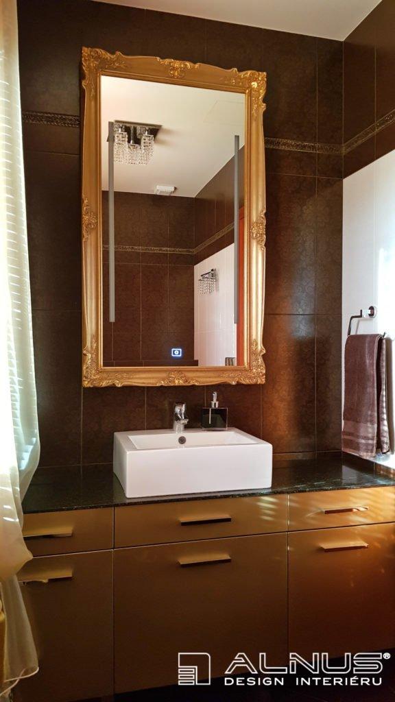 zrcadlo v blondelovém zlatém rámu v luxusní koupelně interiéru domu