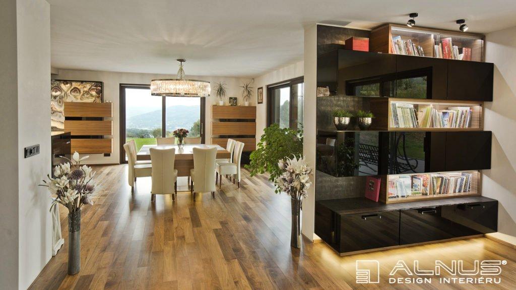 propojení jídelny s kuchyní a obývákem