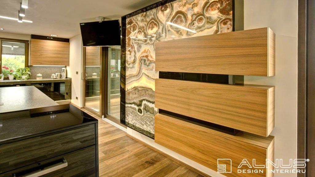 onyxová stěna v luxusní moderní kuchyni