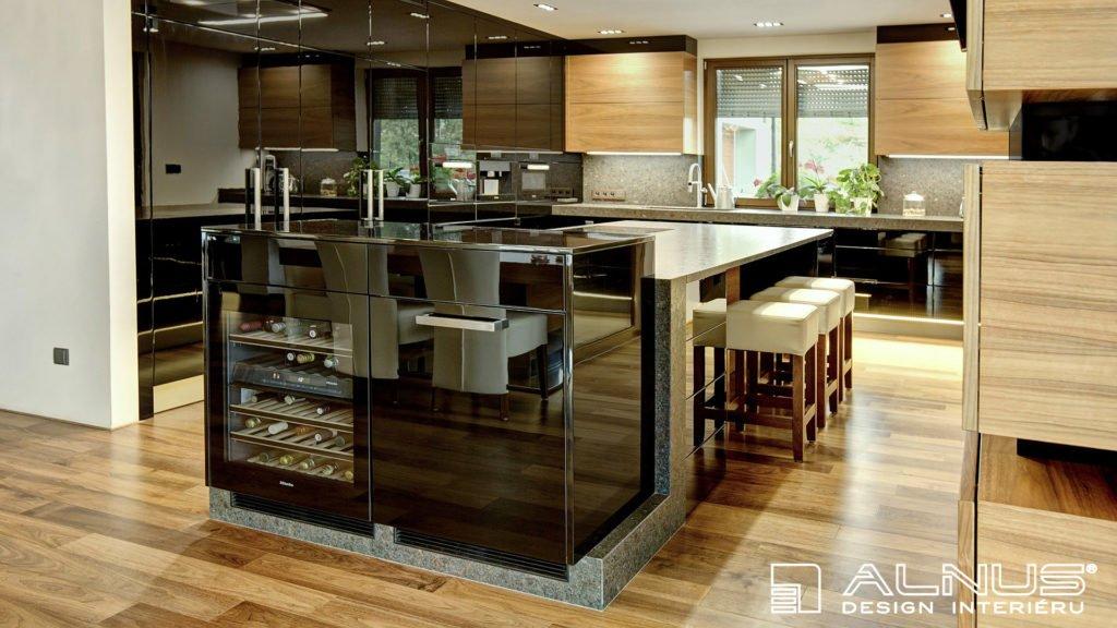 kuchyně s ostrůvkem v černé barvě ve vysokém lesku