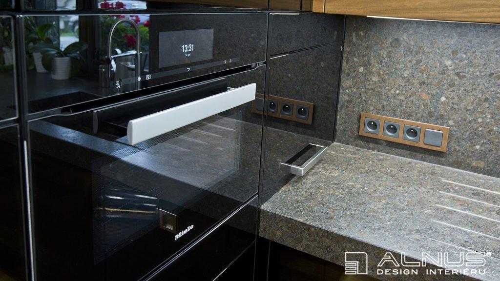 úložný prostor pro nevestavné spotřebiče v moderní kuchyni