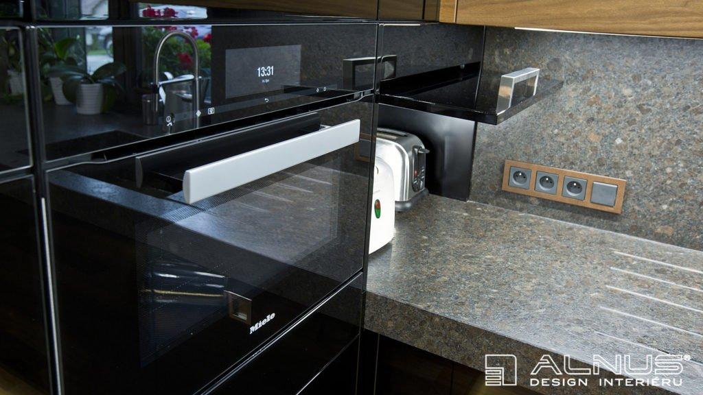 úložný prostor pro nevestavné spotřebiče v kuchyni