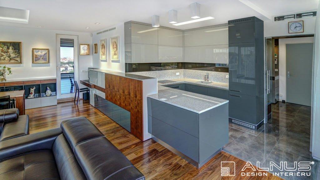 kuchyně s obývákem dohromady v interiéru bytu 3+kk v praze