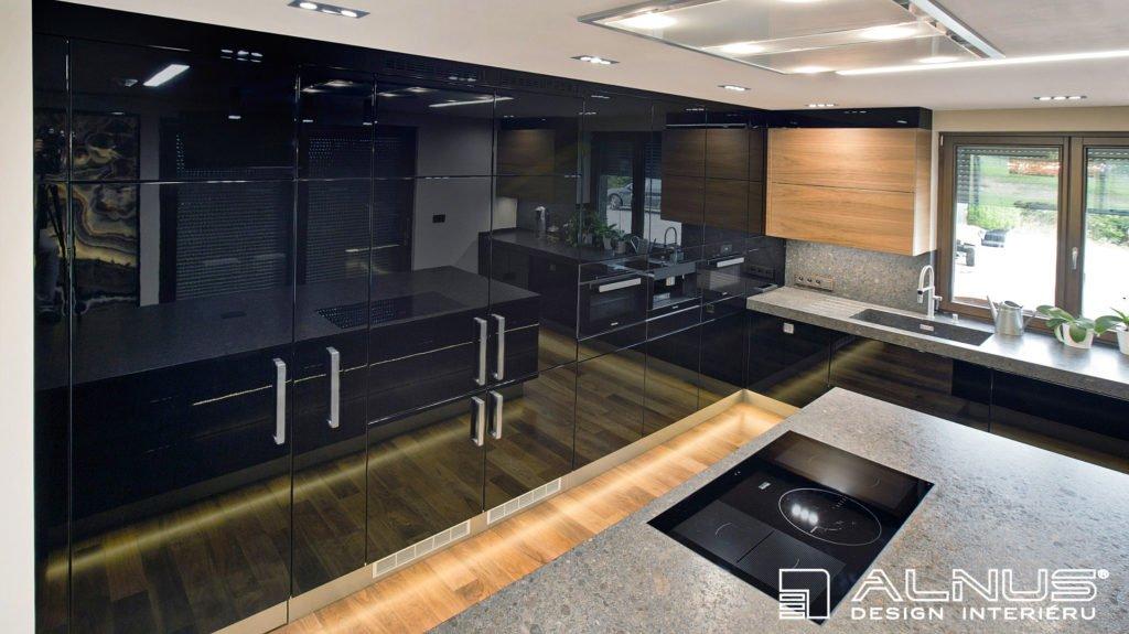 luxusní kuchyně v černé barvě ve vysokém lesku