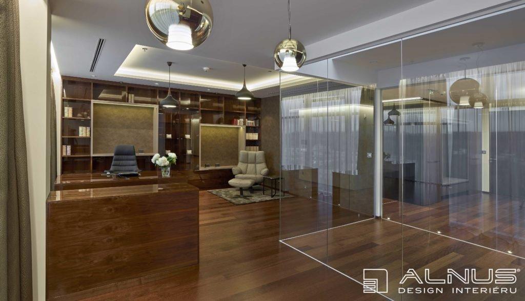 interiér pracovny v moderním bytě v praze s podsvícenými podhledy