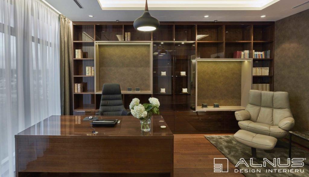 luxusní interiér pracovny v moderním bytě v praze