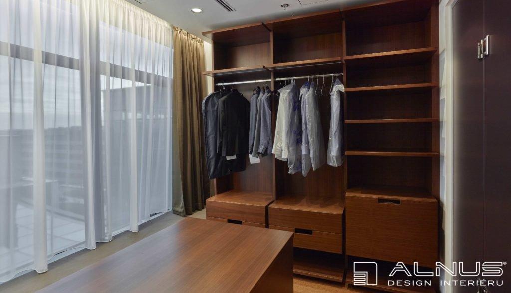 šatna v moderním interiéru bytu