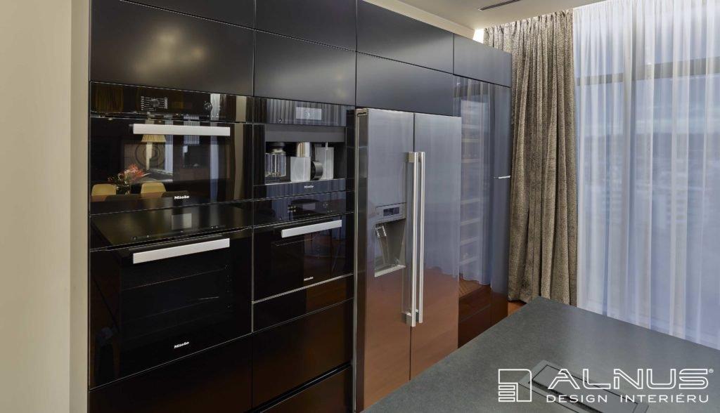 interiér kuchyně s americkou lednicí