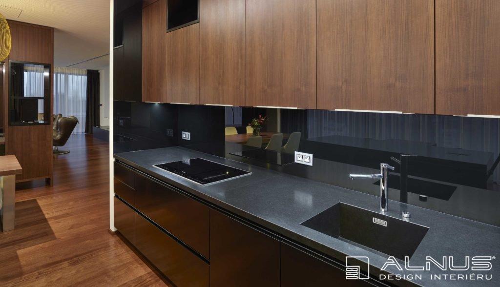 žulová pracovní deska v moderní kuchyni
