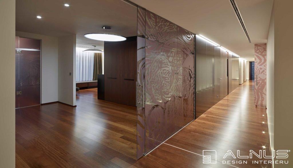 posuvné skleněné stěny v interiéru bytu
