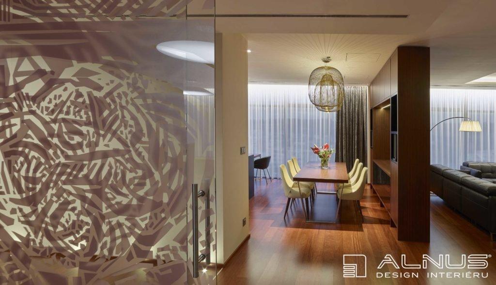 jídelna v moderním interiéru bytu v praze