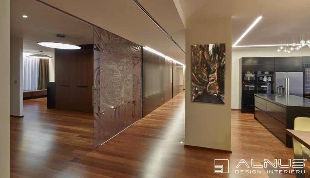 posuvné skleněné stěny v interiéru bytu v praze