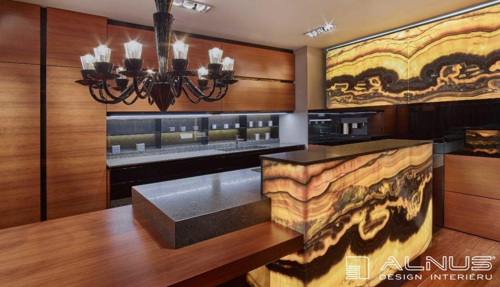 luxusní kuchyně s barem a s onyxovou stěnou