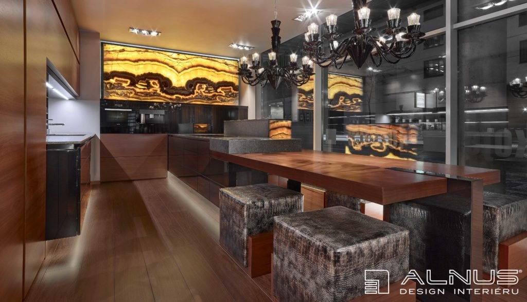 luxusní kuchyně s ostrůvkem a s onyxovou stěnou