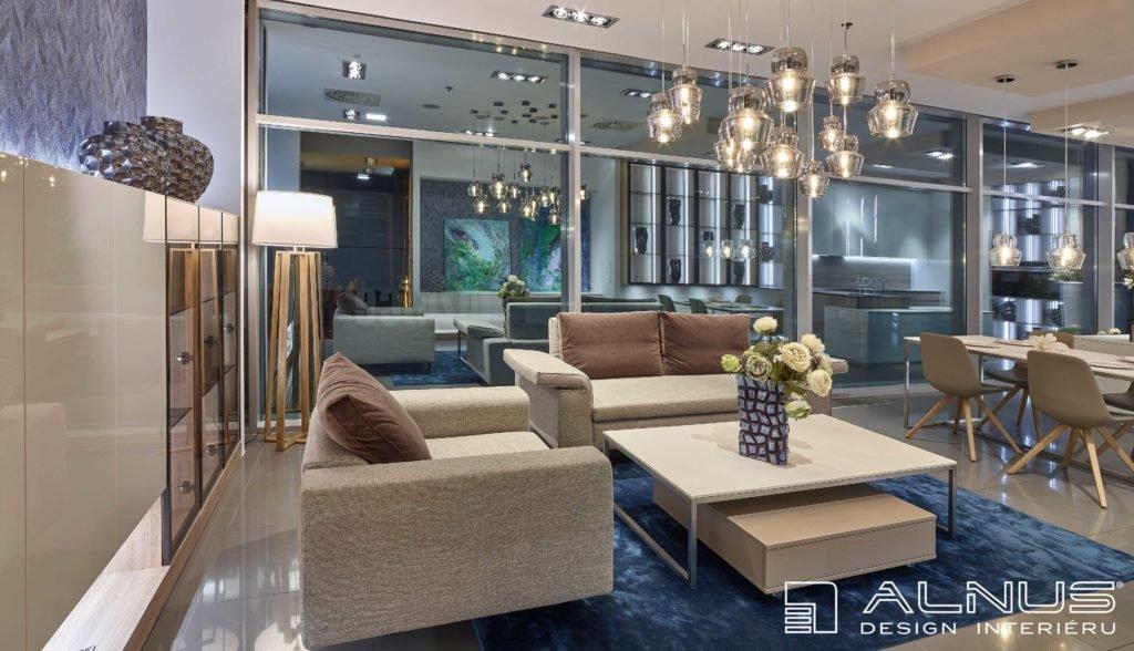 moderní interiér obývacího pokoje propojeného s kuchyní