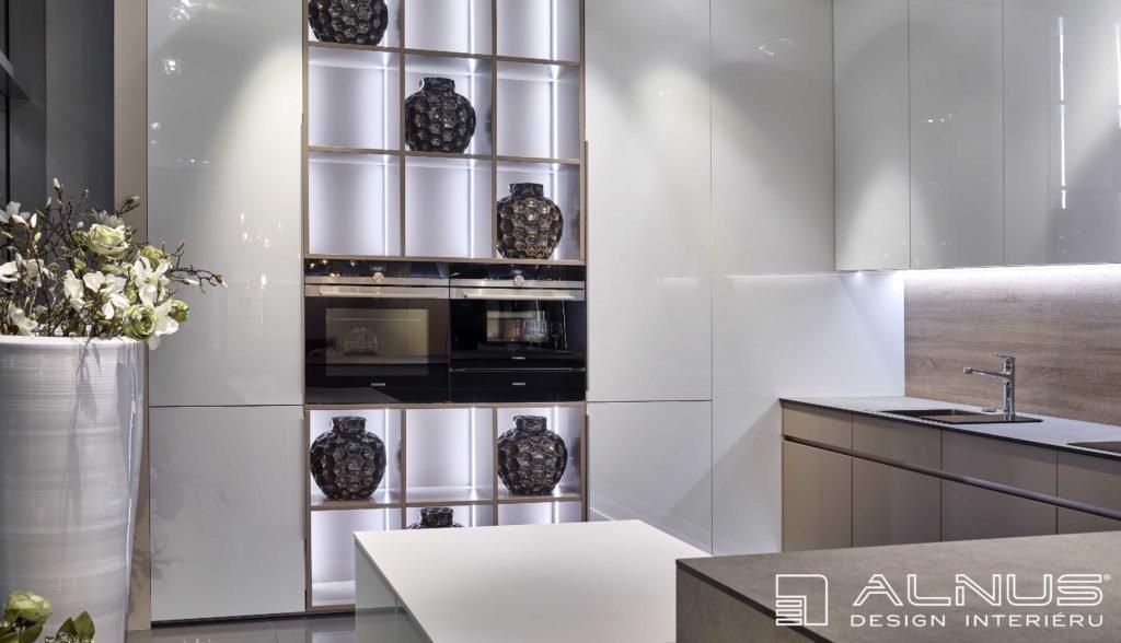 osvětlení moderní kuchyně ve vysokém lesku