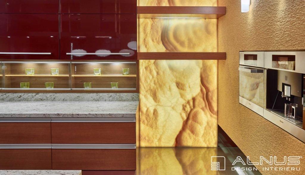 moderní kuchyně s prosvícenou onyxovou stěnou v interiéru domu