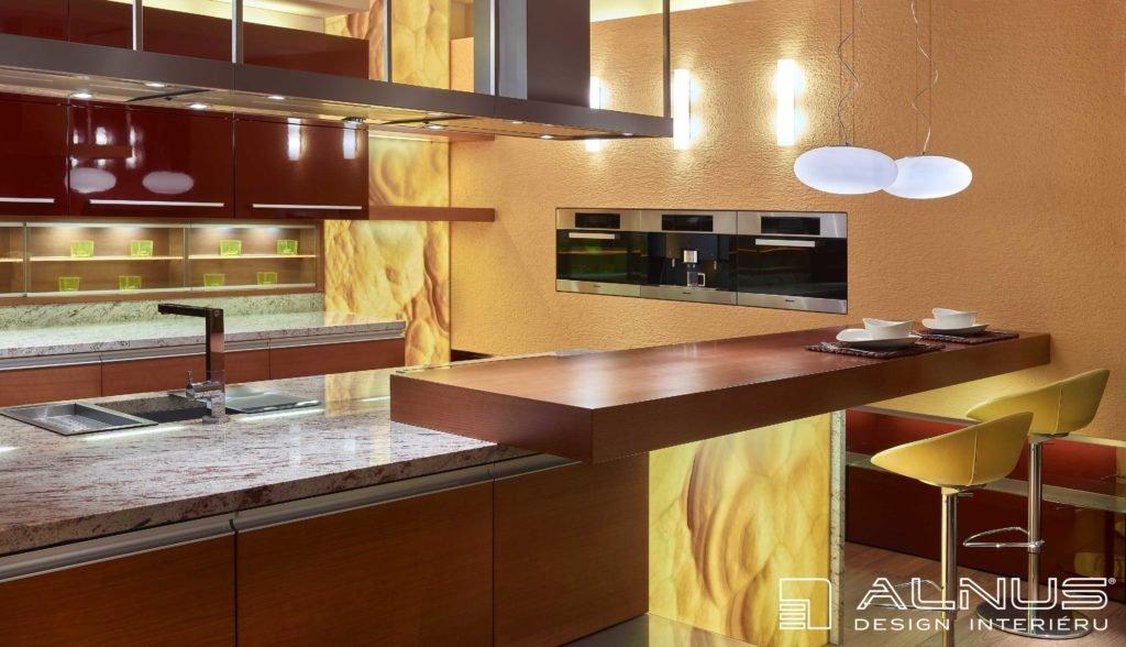 moderní kuchyně s barem a podsvícenou onyxovou stěnou v interiéru domu
