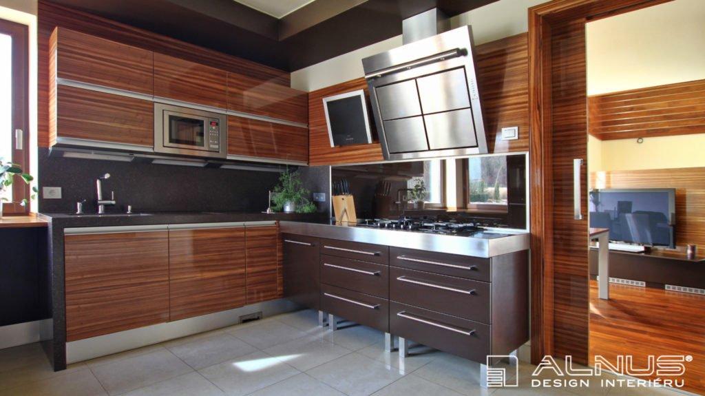 moderní kuchyně v luxusním interiéru domu