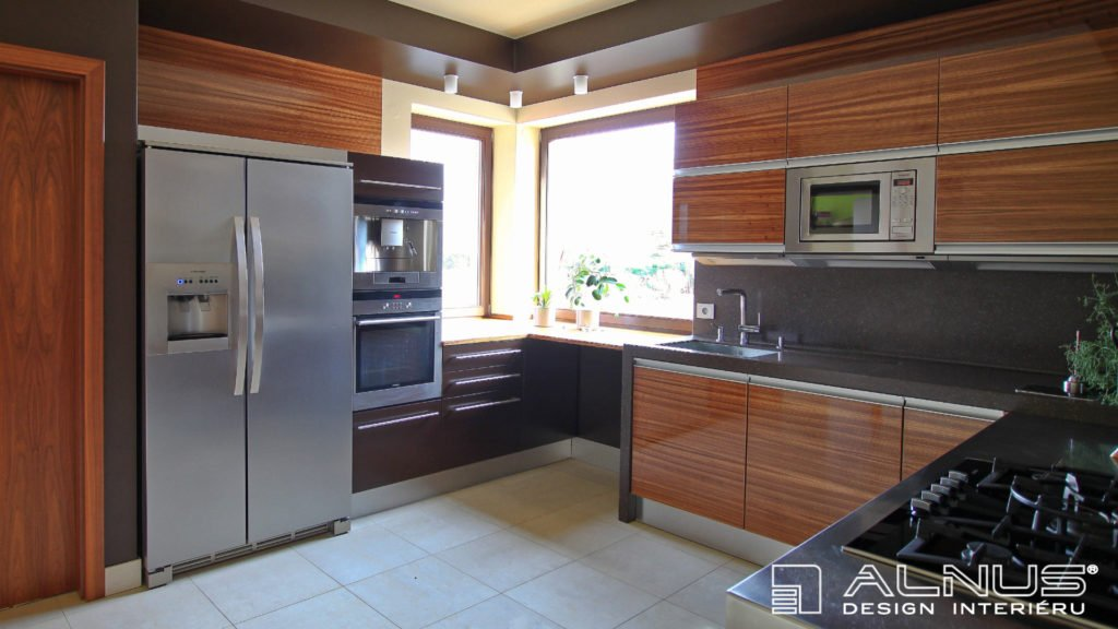 kuchyně s americkou lednicí