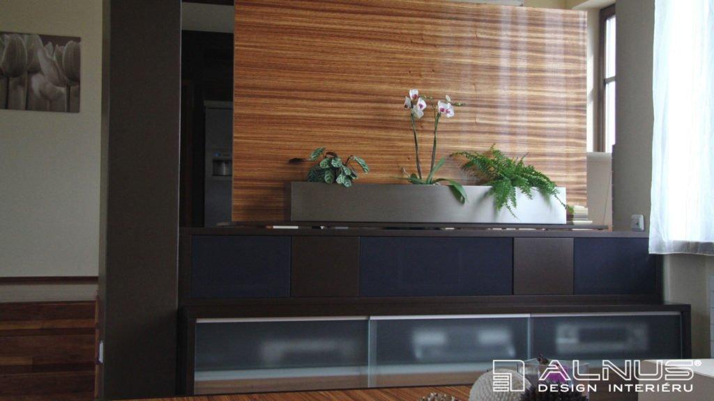 otočná tv stěna v moderním obývacím pokoji