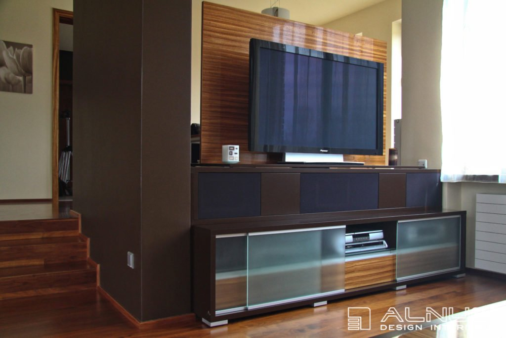 otočná tv stěna v moderním obývacím pokoji s vestavnými reproduktory