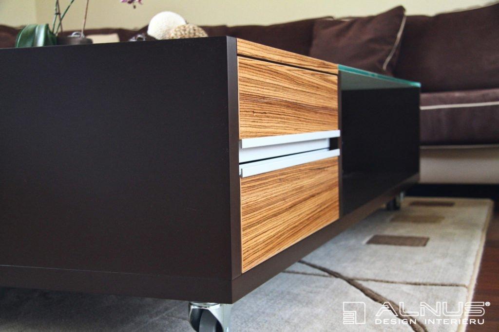 konferenční stolek se zásuvkami