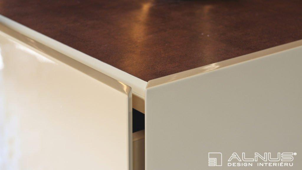 detail hrany nábytkových dvířek moderní obývací stěny