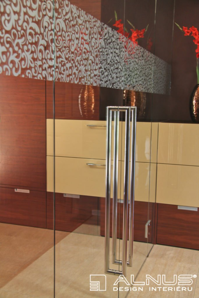 nerezová madla skleněných dveří v interiéru vstupní haly domu