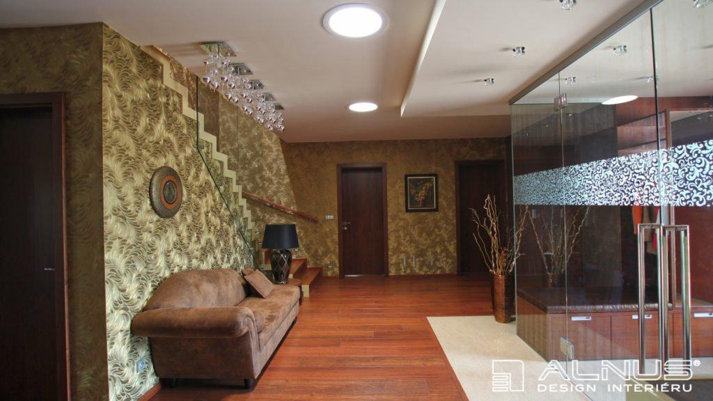 skleněné zádveří v interiéru vstupní haly domu