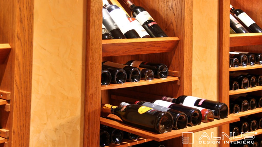 detail výsuvné police na víno