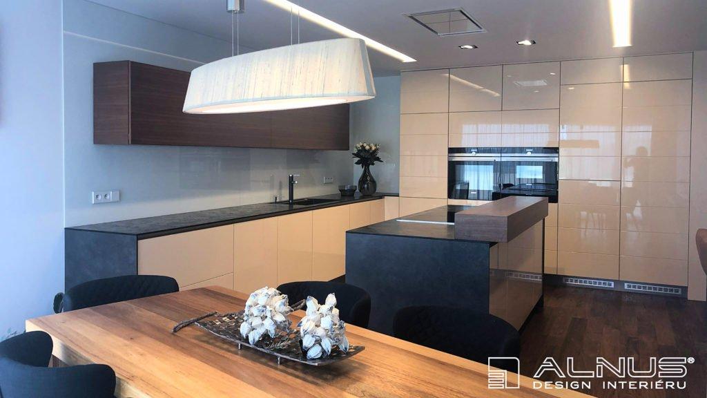 minimalistický design kuchyně v moderním bytě v praze