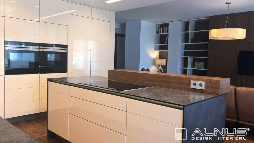 minimalistický design kuchyně s obývacím pokojem