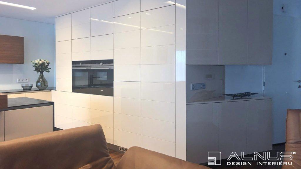 minimalistická kuchyně v bílé barvě vyrobená na míru