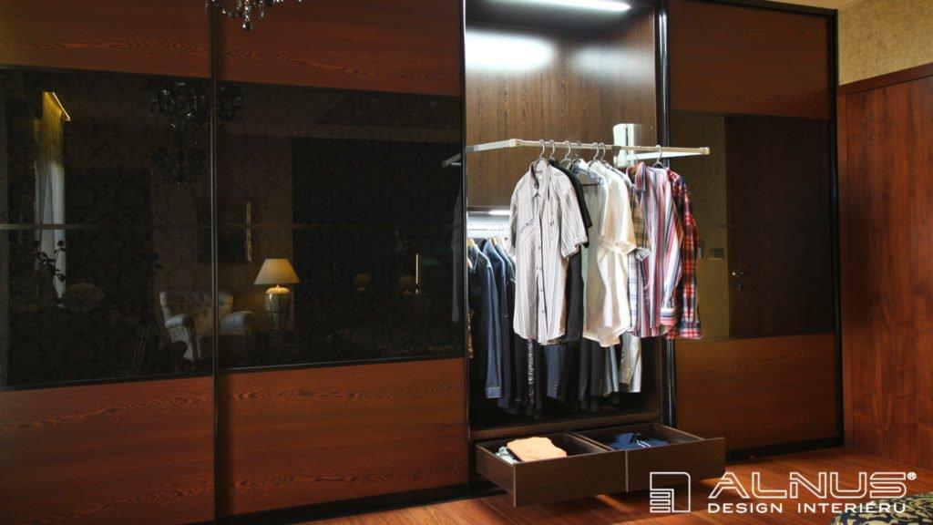 sklopná šatní tyč vestavné skříně s posuvnými dveřmi