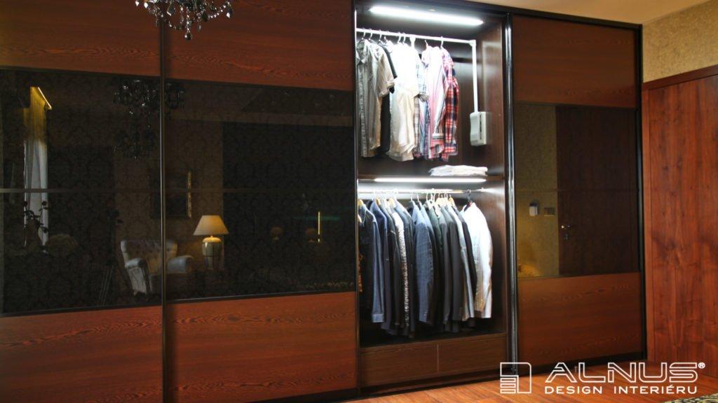 vnitřní osvětlení vestavné skříně s posuvnými dveřmi