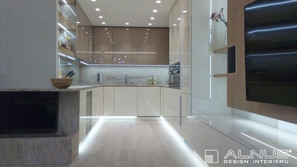 moderní kuchyně s obývacím pokojem v malém bytě