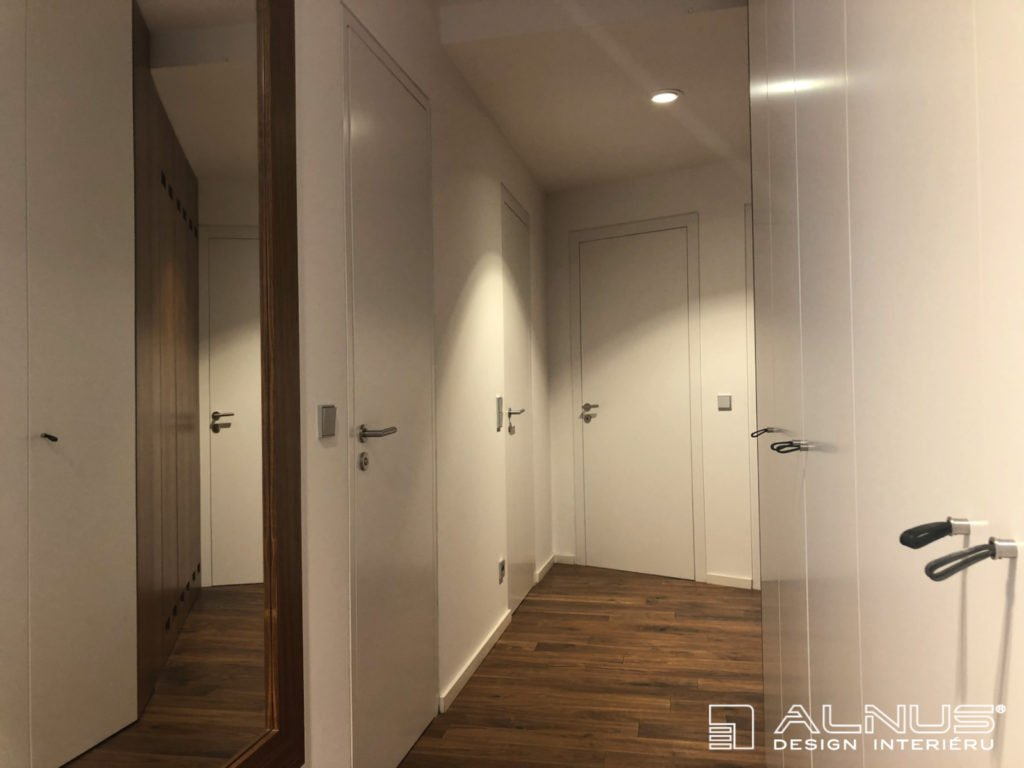 interiér bytu 3+kk s vestavěnými skříněmi v bílé barvě