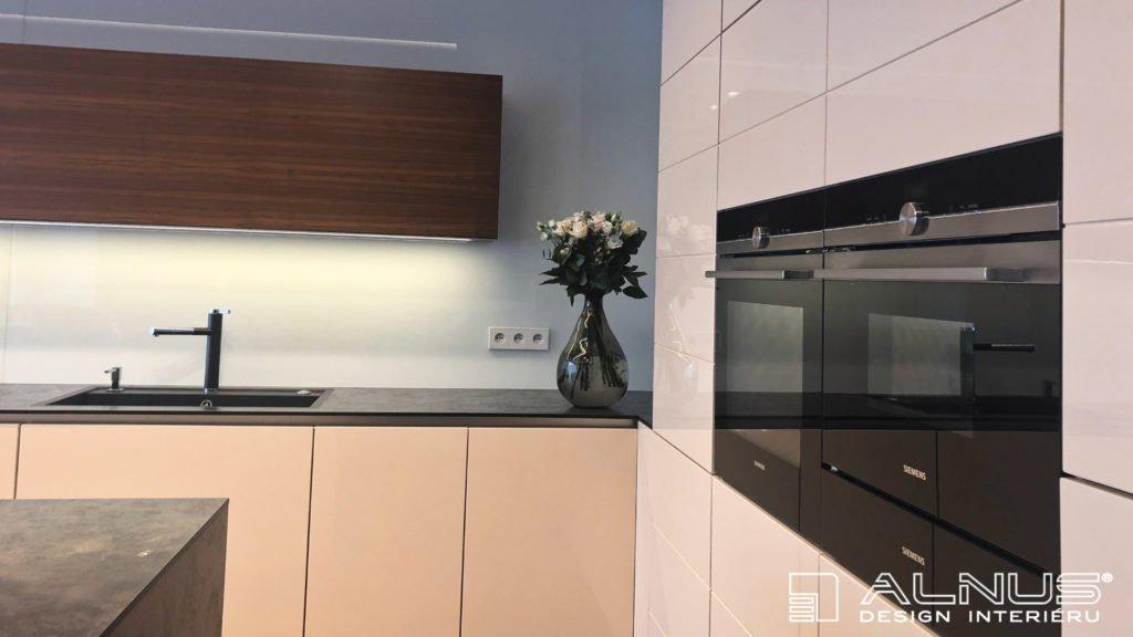 kompaktní pracovní deska minimalistické kuchyně