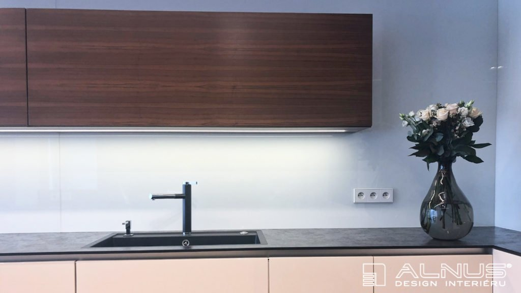 kompaktní pracovní deska minimalistické kuchyně interiéru bytu v praze