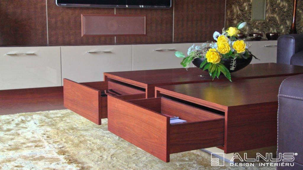detail otevřených zásuvek konferenčního stolku na ovladače a časopisy