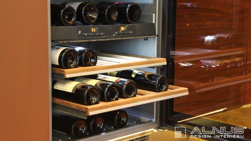 vinotéka v interiéru luxusní kuchyně