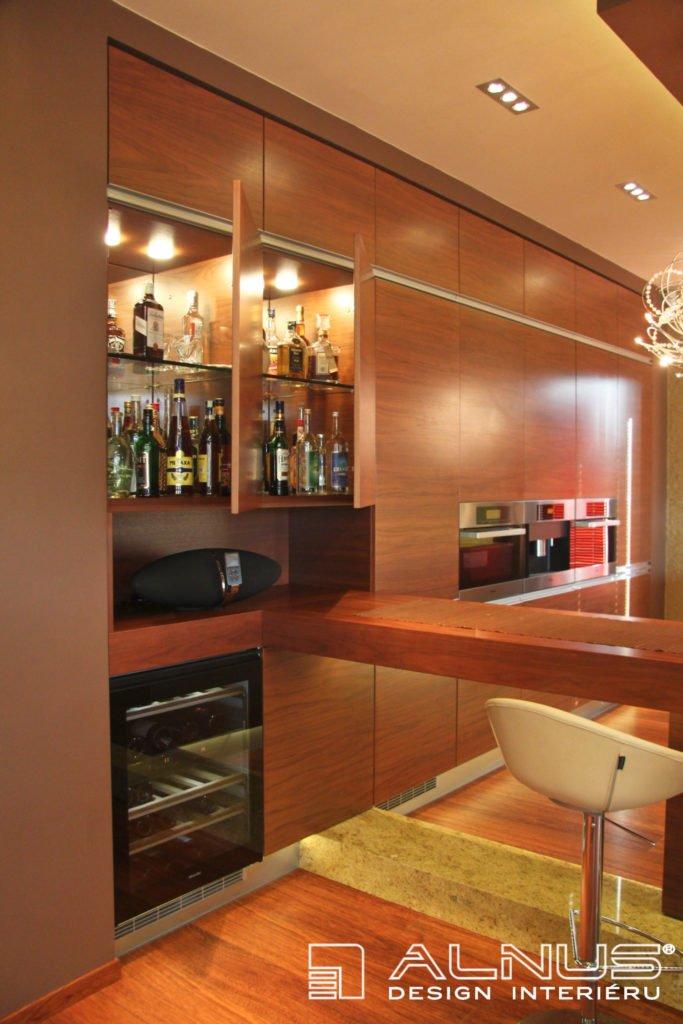barové skříňky s vnitřním osvětlením v interiéru kuchyně