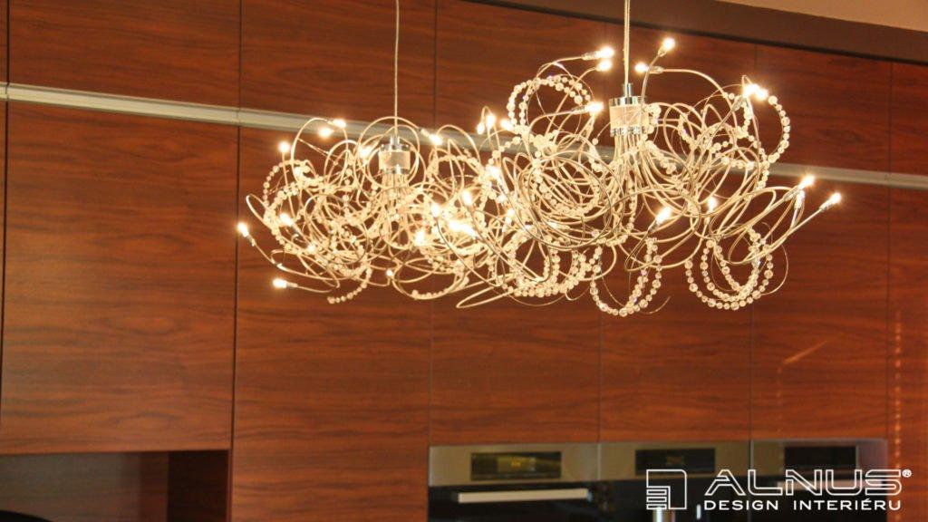 křišťálové lustry nad barem moderní kuchyně