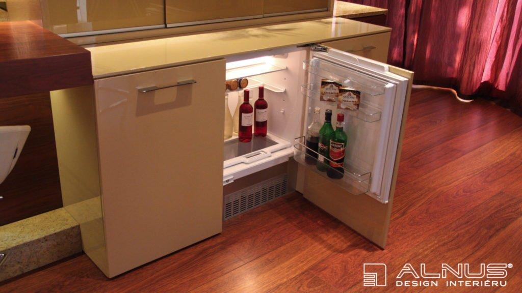 podstavná chladnička příborníku v interiéru moderní kuchyně