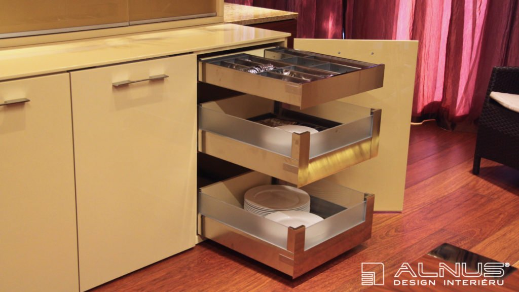 anglické zásuvky příborníku v interiéru moderní kuchyně